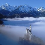 Schlo Neuschwanstein nahe Fssen im Nebel, Deutschland (Neuschwanstein Castle surrounded by fog near Fssen, Germany)